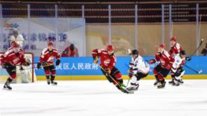 """2021全国男子冰球锦标赛 """"娃娃兵""""成为一道亮丽的风景线"""