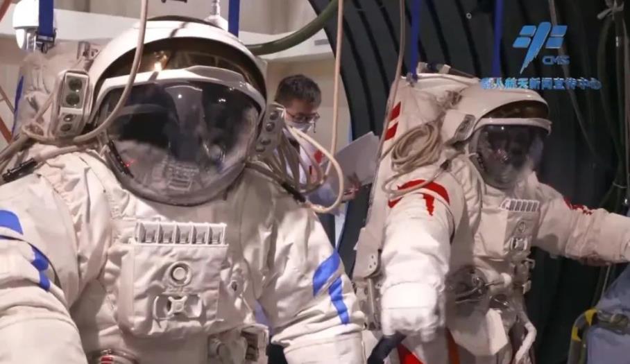 """新一代""""飞天""""舱外航天服助力两名出舱航天员开展舱外操作"""