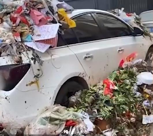 私家车停垃圾堆旁被丢满垃圾!网友:教训深刻